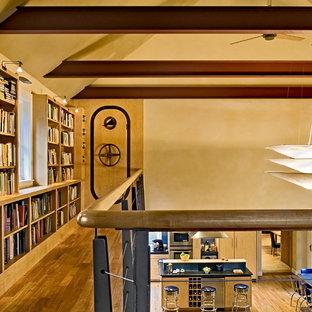 Diseño de recibidores y pasillos contemporáneos con paredes beige y suelo de madera en tonos medios