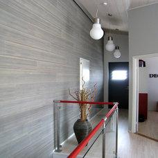 Contemporary Hall by Decom interiors
