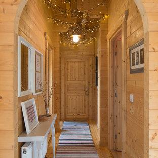 バッキンガムシャーの小さいラスティックスタイルのおしゃれな廊下 (淡色無垢フローリング、ベージュの壁、ベージュの床) の写真