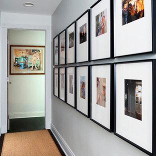 Idee per un ingresso o corridoio tradizionale di medie dimensioni con pareti bianche e moquette