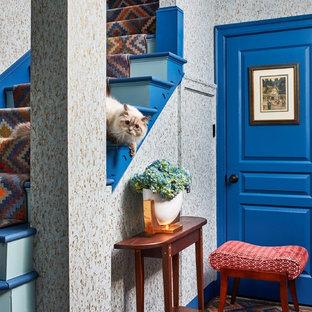 Foto di un ingresso o corridoio boho chic di medie dimensioni con pareti grigie, moquette e pavimento multicolore