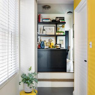 Inspiration för små moderna hallar, med gula väggar, vinylgolv och grått golv