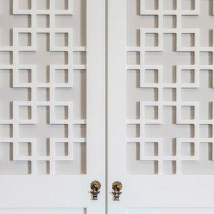 Asiatisk inredning av en mellanstor hall, med vita väggar och heltäckningsmatta