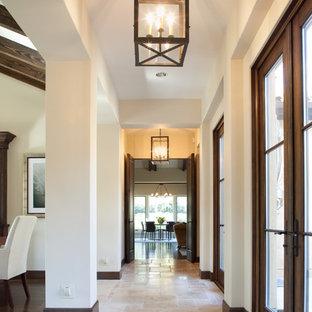 Стильный дизайн: коридор среднего размера в средиземноморском стиле с белыми стенами и полом из известняка - последний тренд