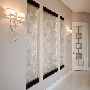 Inspiration för mellanstora klassiska hallar, med beige väggar, kalkstensgolv och grått golv