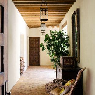 Cette photo montre un couloir méditerranéen avec un mur blanc, un sol en carreau de terre cuite et un sol rose.