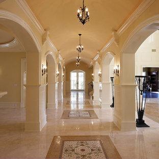 オレンジカウンティの広い地中海スタイルのおしゃれな廊下 (ベージュの壁、セラミックタイルの床、ベージュの床) の写真