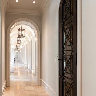Inredning av en medelhavsstil mycket stor hall, med beige väggar och travertin golv