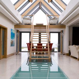 Ispirazione per un ingresso o corridoio minimal con pareti beige e pavimento multicolore