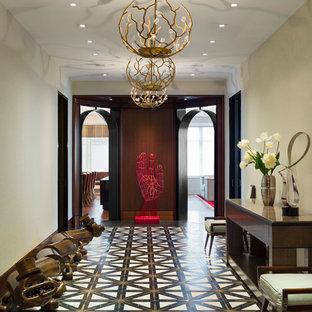 ニューヨークの巨大なコンテンポラリースタイルのおしゃれな廊下 (ベージュの壁、大理石の床、黒い床) の写真