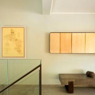 Idéer för en stor modern hall, med beige väggar, terrazzogolv och grått golv