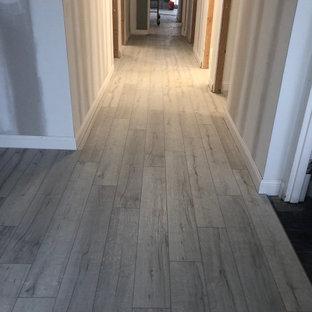 Inredning av en mycket stor hall, med vinylgolv och grått golv
