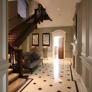 Свежая идея для дизайна: большой коридор в классическом стиле с серыми стенами и мраморным полом - отличное фото интерьера