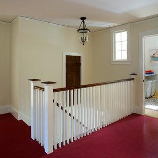 Inspiration för mellanstora lantliga hallar, med beige väggar, målat trägolv och rött golv