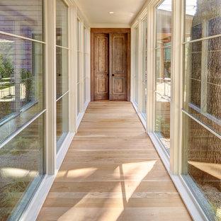 Idee per un grande ingresso o corridoio tradizionale con pareti bianche, parquet chiaro e pavimento beige