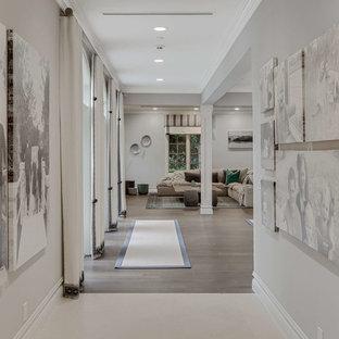 Idéer för en mellanstor klassisk hall, med grå väggar, mellanmörkt trägolv och brunt golv
