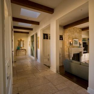 Источник вдохновения для домашнего уюта: огромный коридор в стиле современная классика с белыми стенами и полом из известняка