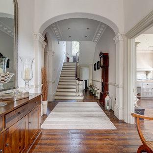 デヴォンの巨大なヴィクトリアン調のおしゃれな廊下 (白い壁、無垢フローリング) の写真