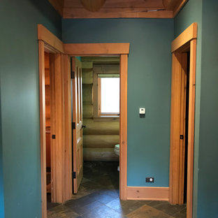 Idéer för mellanstora vintage hallar, med gröna väggar, skiffergolv och brunt golv