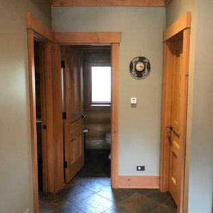 Стильный дизайн: коридор среднего размера в классическом стиле с зелеными стенами, полом из сланца, коричневым полом, деревянными стенами и балками на потолке - последний тренд