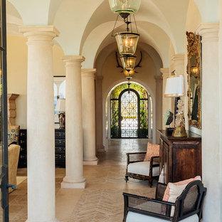 Inspiration för medelhavsstil hallar, med beige väggar, kalkstensgolv och beiget golv