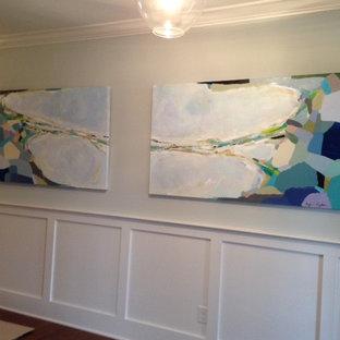Inspiration för stora maritima hallar, med blå väggar och mellanmörkt trägolv