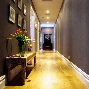 Idéer för små vintage hallar, med lila väggar, mellanmörkt trägolv och brunt golv