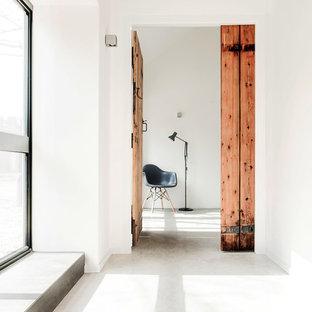 Выдающиеся фото от архитекторов и дизайнеров интерьера: коридор в скандинавском стиле с бетонным полом и белым полом