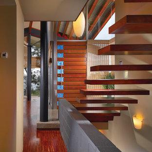 Новые идеи обустройства дома: коридор в современном стиле с бежевыми стенами и красным полом