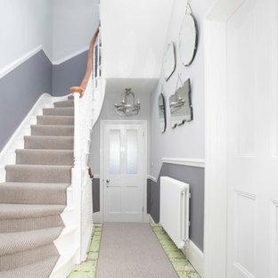 Пример оригинального дизайна: огромный коридор в морском стиле с серыми стенами, темным паркетным полом и зеленым полом