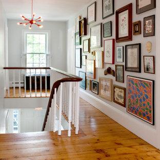 ボストンのトランジショナルスタイルの廊下の画像 (白い壁、無垢フローリング)