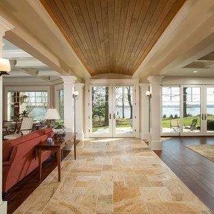 Idée de décoration pour un très grand couloir craftsman avec un sol en travertin, un mur beige et un sol beige.