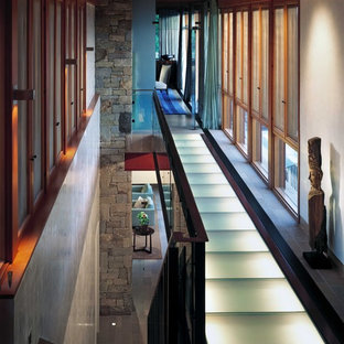 Cette photo montre un couloir moderne de taille moyenne avec un mur blanc et béton au sol.