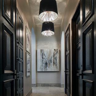 Inspiration pour un grand couloir traditionnel avec un sol en calcaire, un sol beige et un mur gris.
