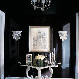 Источник вдохновения для домашнего уюта: коридор в классическом стиле с черными стенами и черным полом