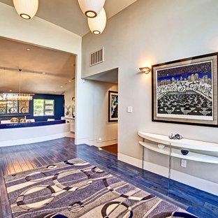 На фото: коридор в современном стиле с серыми стенами, деревянным полом и синим полом