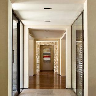 サンフランシスコのコンテンポラリースタイルのおしゃれな廊下 (ベージュの壁、濃色無垢フローリング、マルチカラーの床) の写真