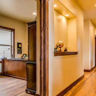 Inspiration för en mellanstor amerikansk hall, med beige väggar, mellanmörkt trägolv och brunt golv