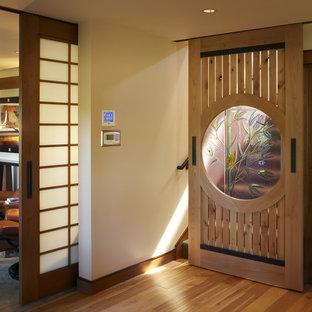 Ejemplo de recibidores y pasillos de estilo zen con paredes beige y suelo de madera en tonos medios