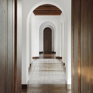 Foto de recibidores y pasillos mediterráneos con paredes blancas