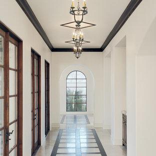 Foto de recibidores y pasillos mediterráneos con paredes blancas y suelo multicolor