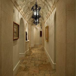 フェニックスの大きい地中海スタイルのおしゃれな廊下 (ベージュの壁、トラバーチンの床、ベージュの床) の写真