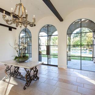 Удачное сочетание для дизайна помещения: огромный коридор в средиземноморском стиле с белыми стенами и полом из известняка - самое интересное для вас