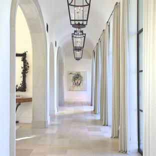 Cette image montre un grand couloir méditerranéen avec un mur blanc, un sol gris et un sol en calcaire.