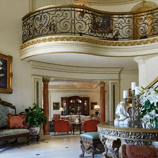 Imagen de recibidores y pasillos clásicos, grandes, con paredes beige y suelo de mármol