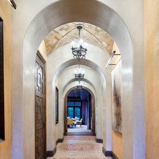 ヒューストンの巨大な地中海スタイルのおしゃれな廊下 (白い壁) の写真