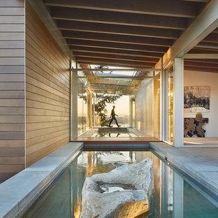 シアトルの巨大なコンテンポラリースタイルのおしゃれな廊下 (コルクフローリング) の写真