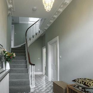 ロンドンの大きいコンテンポラリースタイルのおしゃれな廊下 (緑の壁、コンクリートの床、マルチカラーの床) の写真