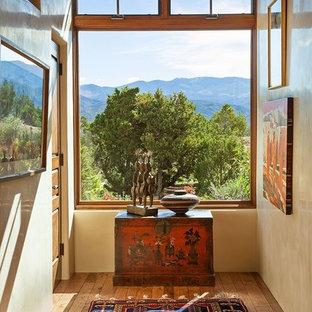 Foto de recibidores y pasillos de estilo americano, de tamaño medio, con suelo de madera clara y paredes beige