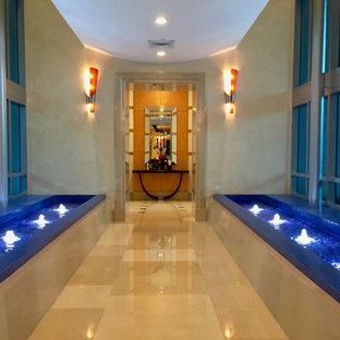 Exemple d'un grand couloir rétro avec un mur beige, un sol en travertin et un sol beige.